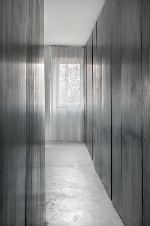Căn hộ nhỏ 35m² trở thành tâm điểm độc đáo nhờ dát bằng kim loại lâu năm - Ảnh 7.